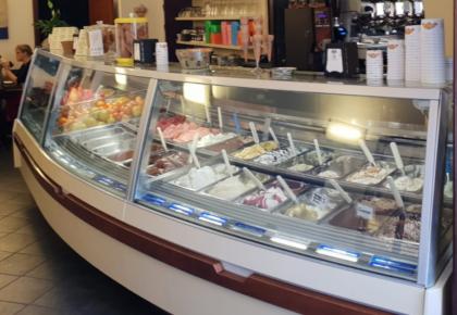 la vetrina dei gelati del Bar Centrale di Finalborgo